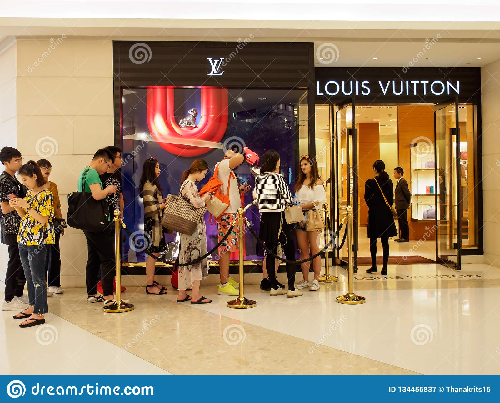 0bba4e5e4f6e Chinese Tourists Queue In Front Of Louis Vuitton