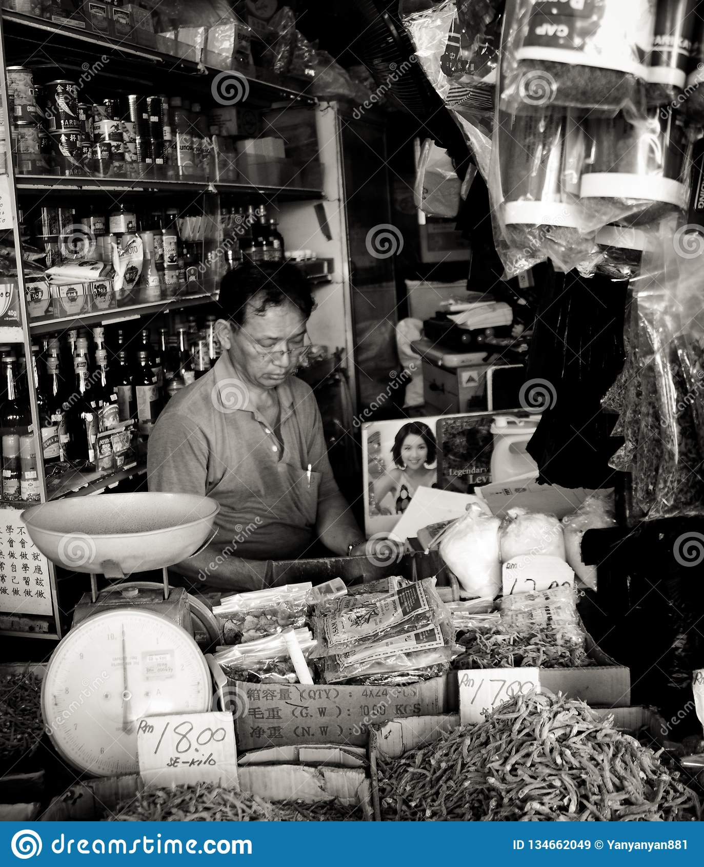 Chinese winkelier en zijn algemene opslag in de stad van Kuching, Maleisië