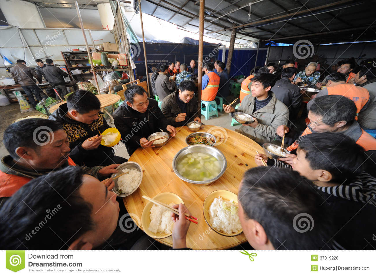 Chinese workers have lunch