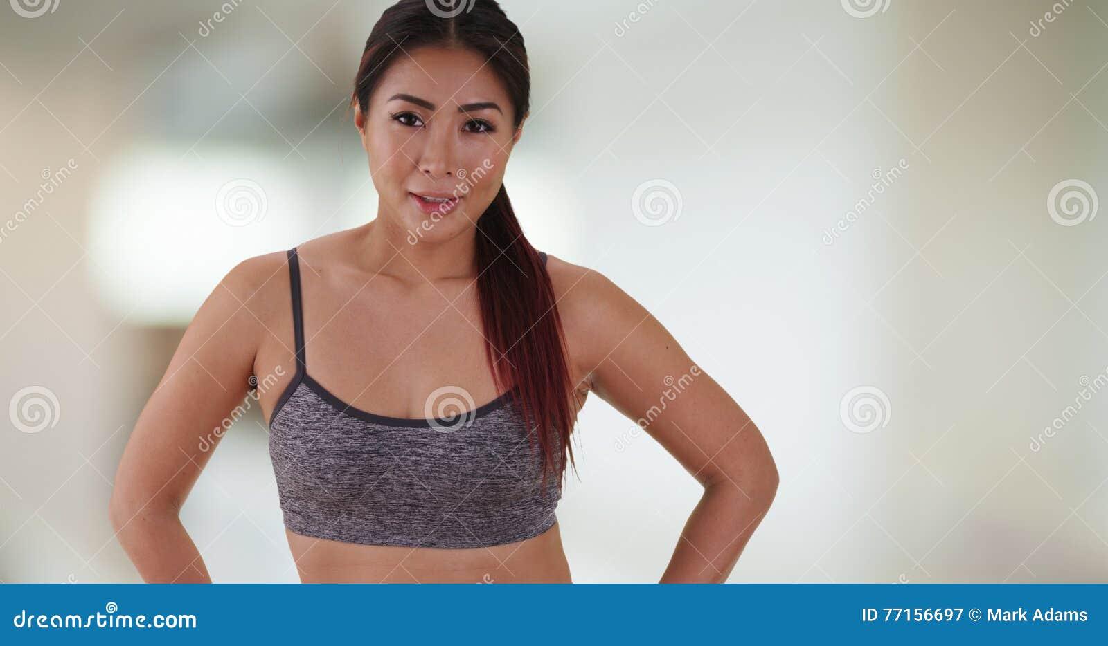 Chinesin, die an der Turnhalle steht