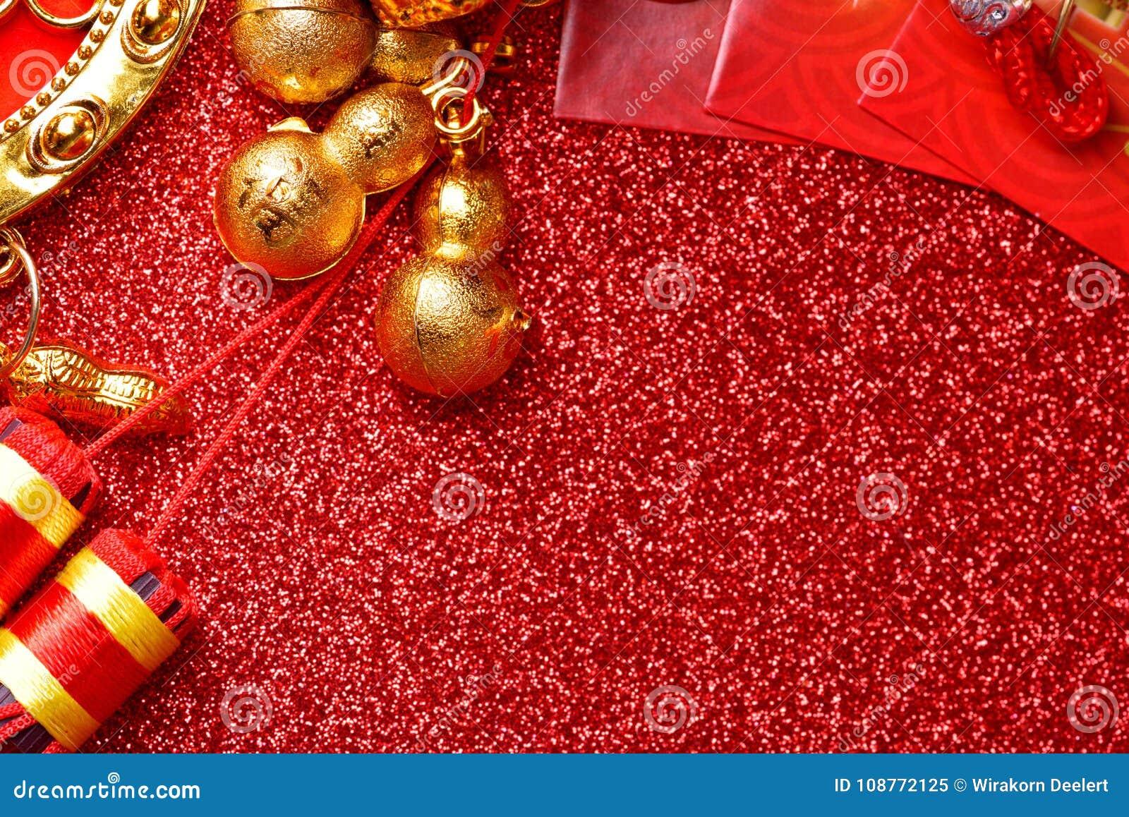 Chinesische Dekorationen des neuen Jahres und günstige Verzierungen auf rotem bokeh Hintergrund