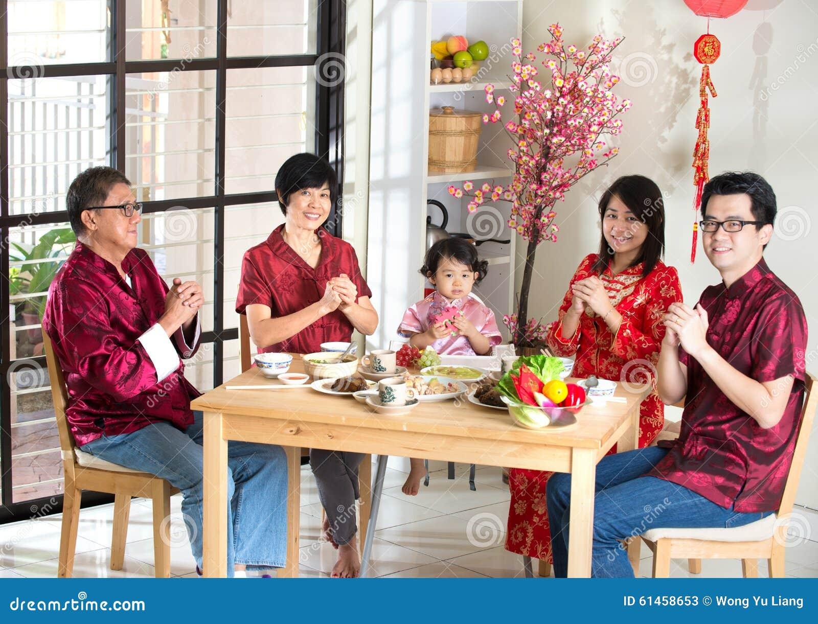 Chinesische Familie, Die Grüße Gibt Stockbild - Bild von küche ...