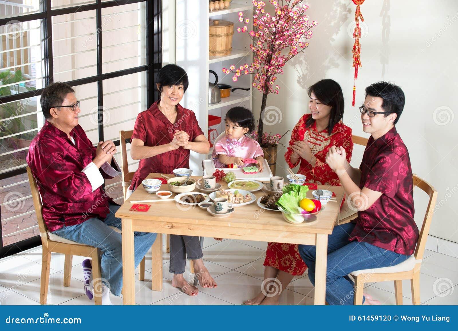 Chinesische Familie, Die Grüße Gibt Stockfoto - Bild von vater ...