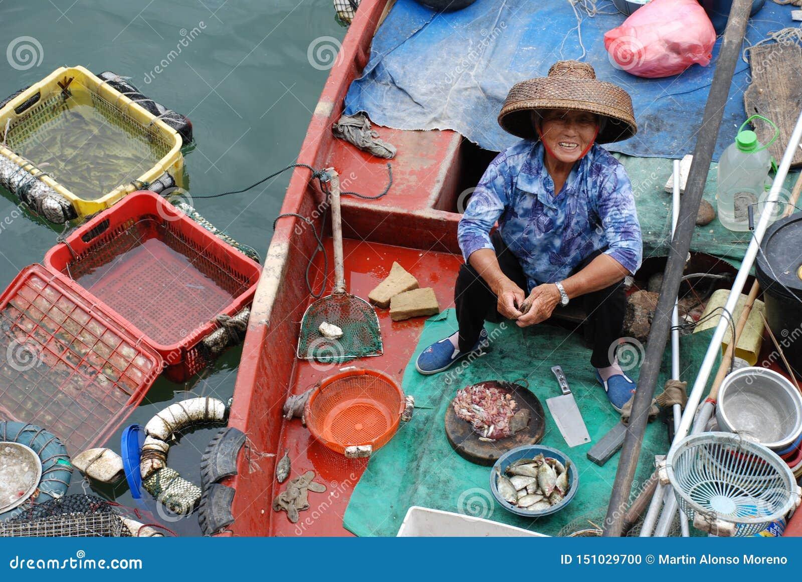 Chinesische Fischerfrau auf dem Boot