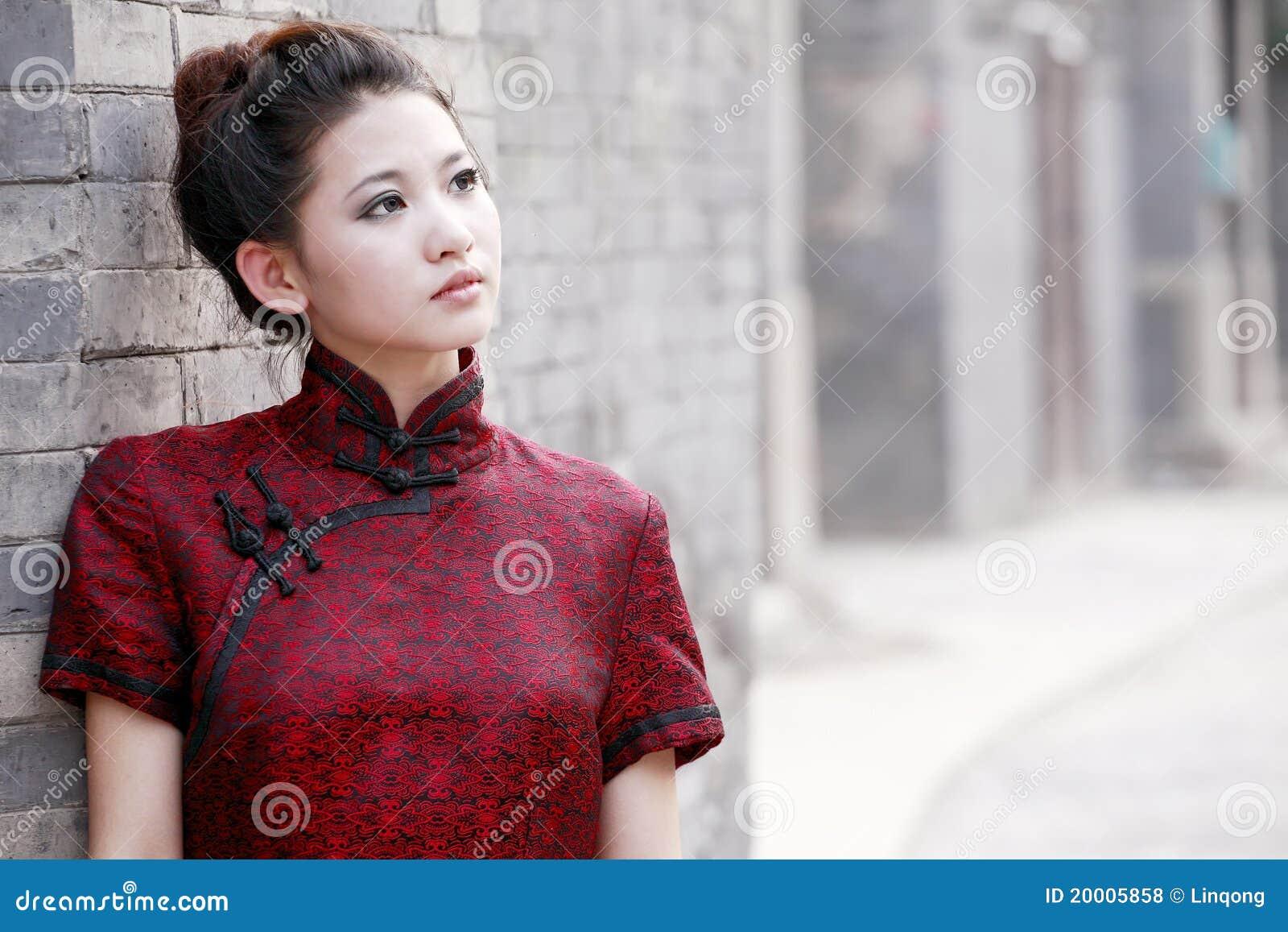 Chinesische Frau in der Gasse.