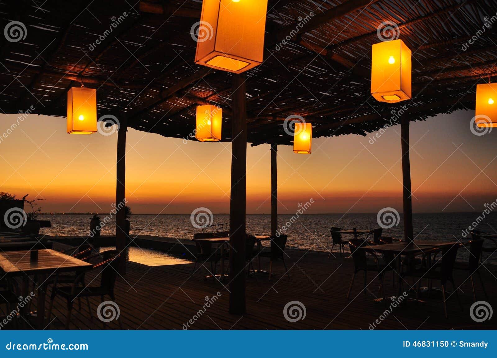 Chinesische Laternen Auf Terrasse Durch Das Meer Stockfoto - Bild ...