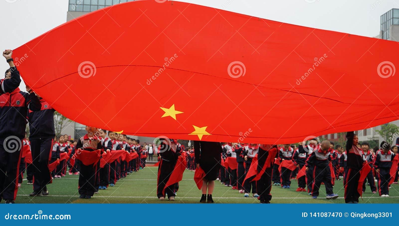 Chinesische Studenten tun Basketball GymnasticsChinese-Studenten, die Junior Team Ceremony verbinden