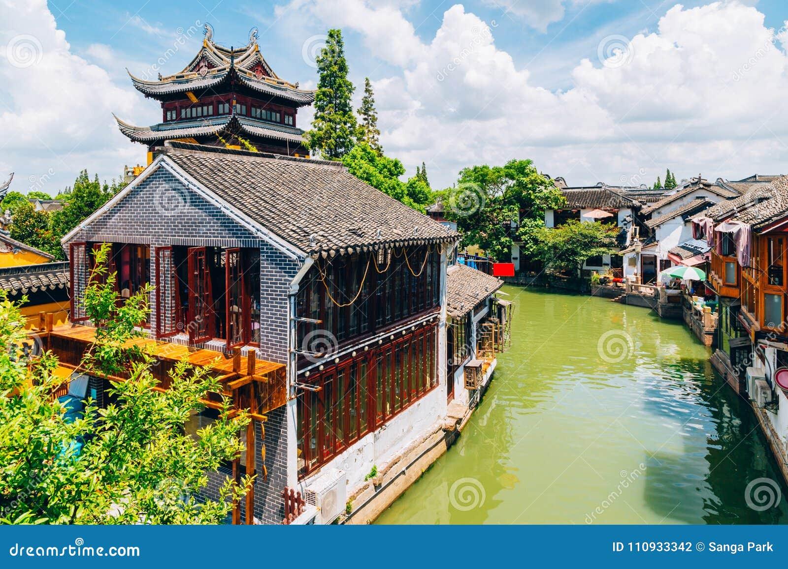 Chinesische traditionelle Architektur und Kanal in Shanghai Zhujiajiao wässern Stadt