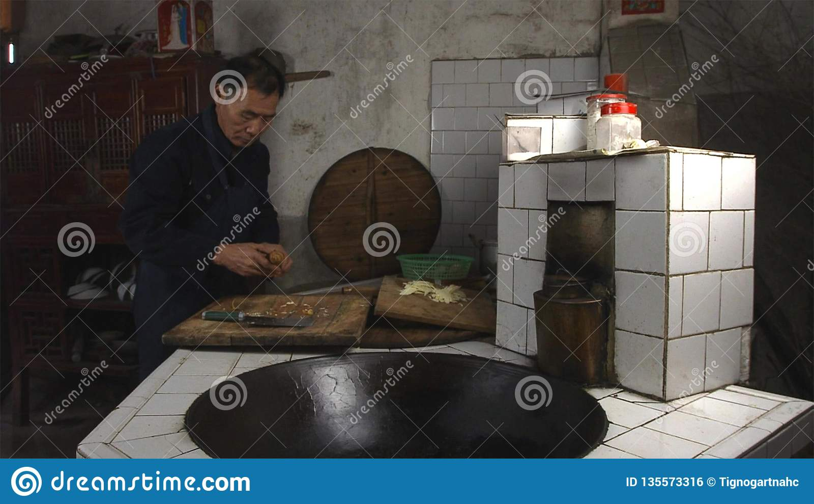 Chinesischer Alter Mann, Der In Der Küche An Seiner