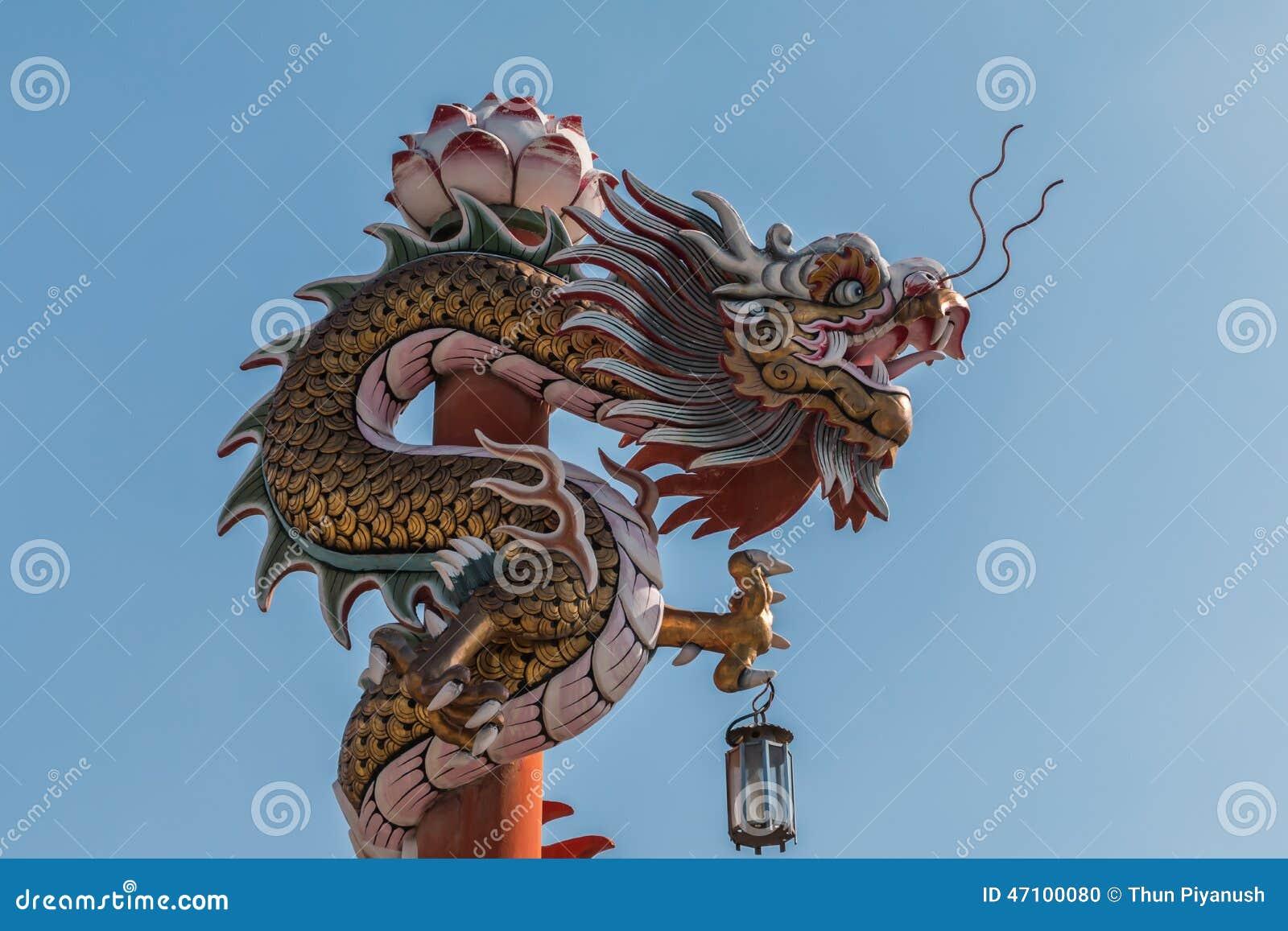 Chinesischer Drache auf dem roten Pfosten bei Wat Phananchoeng