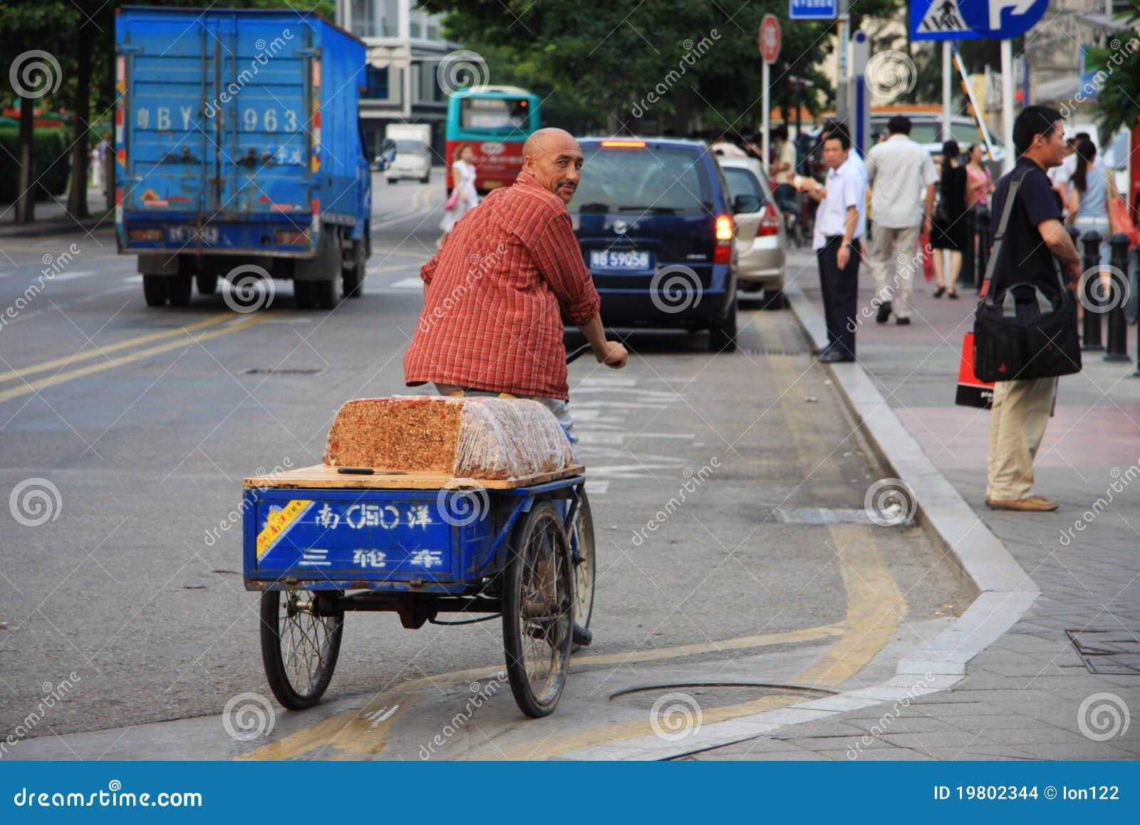 Chinesischer Mann, Der Ein Fahrrad Verkauft Traditionellen Kuchen ...