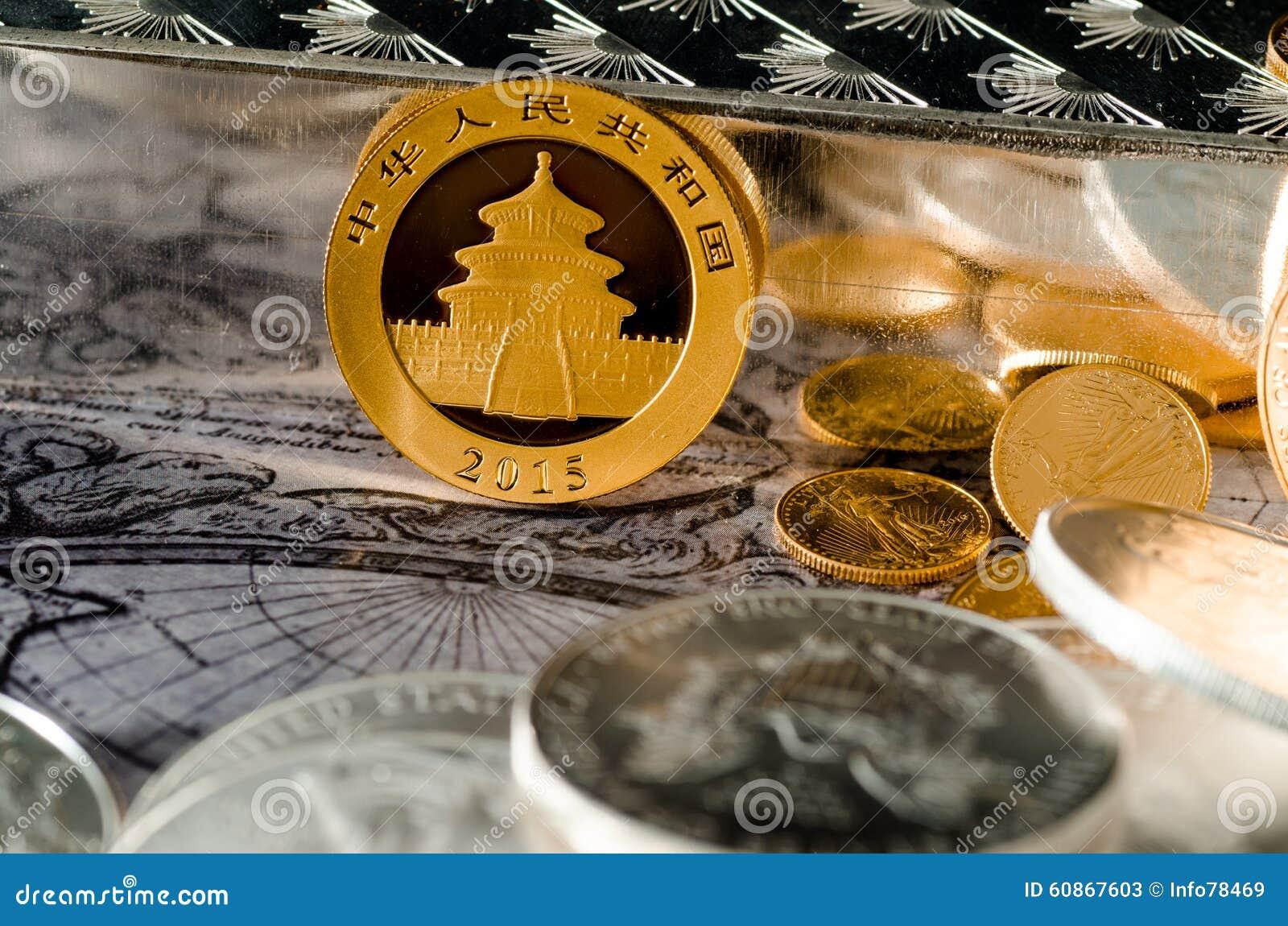 Chinesisches Gold Panda Coin Mit Silberbarren U Münzen Stockbild