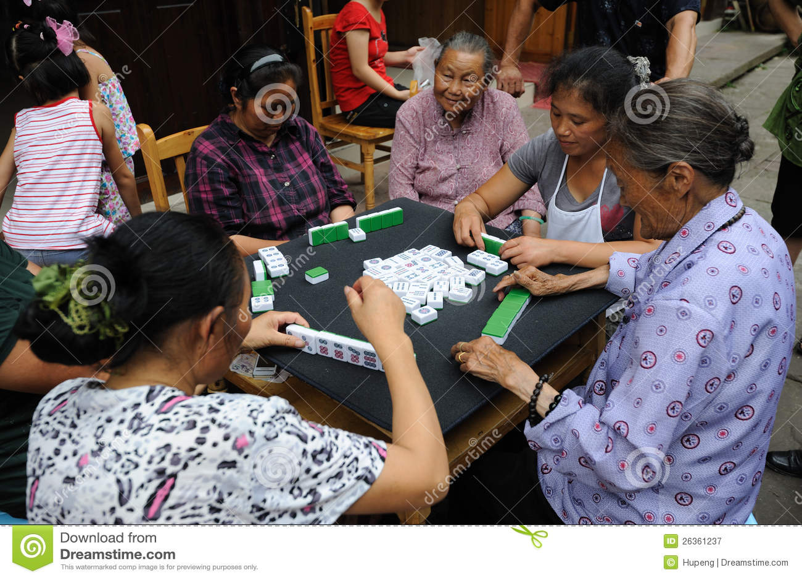 Chinesisches Volk spielt mahjong