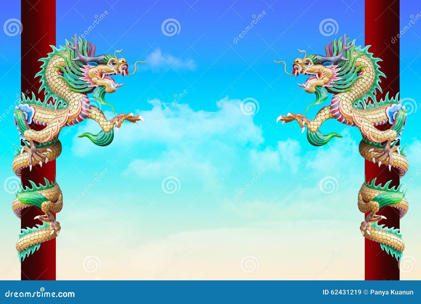Chinois d or Dragon Wrapped autour de poteau rouge sur le fond de ciel