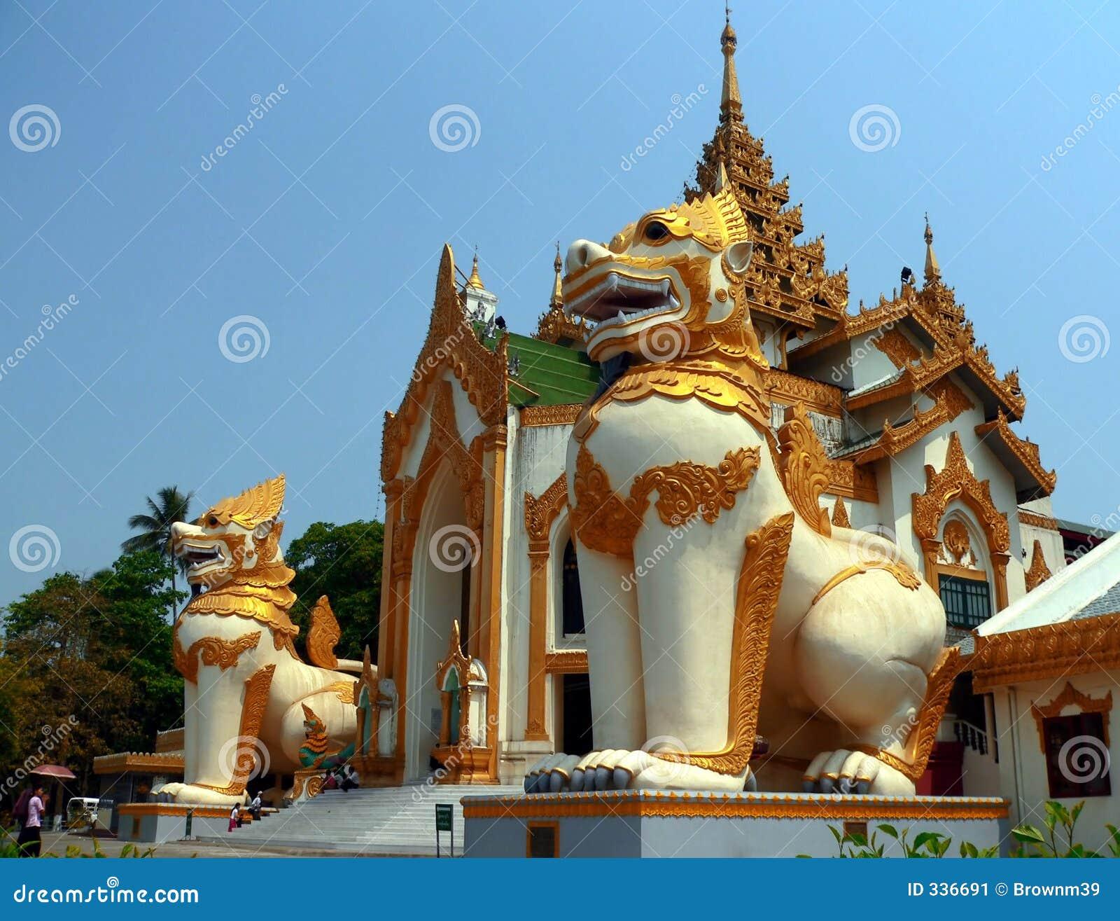 Chinthe olbrzyma wejściowego pagodowy shwedagon Yangon Myanmar