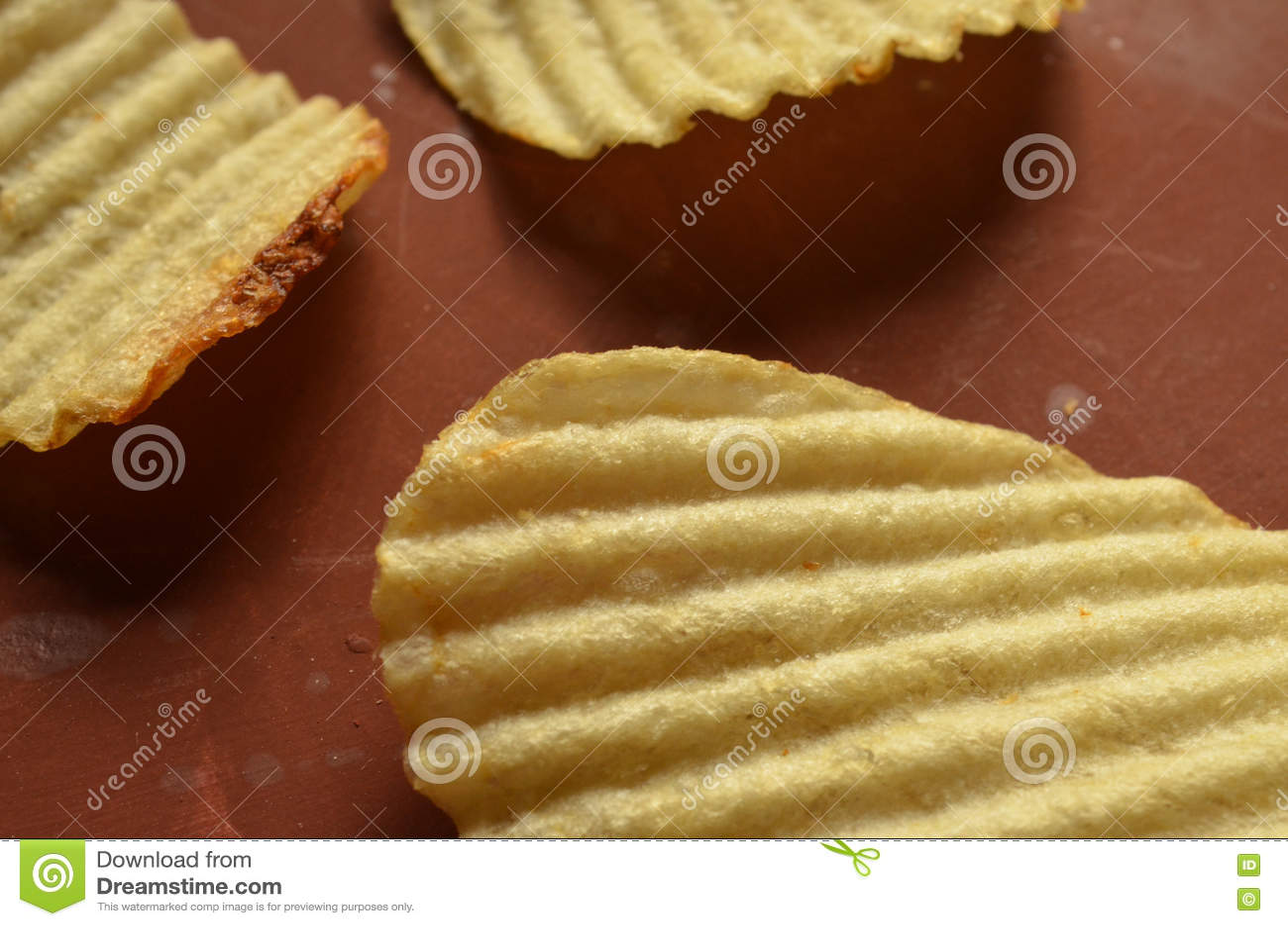 Chips met geribbeld of golven op bruine oppervlakte