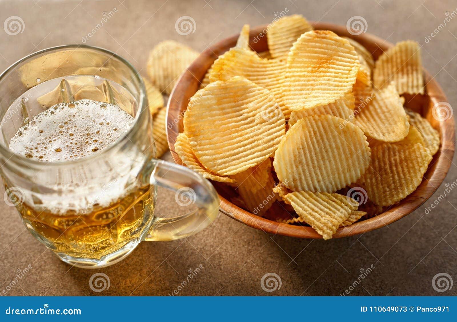 Chips und Bier auf einem Holztisch