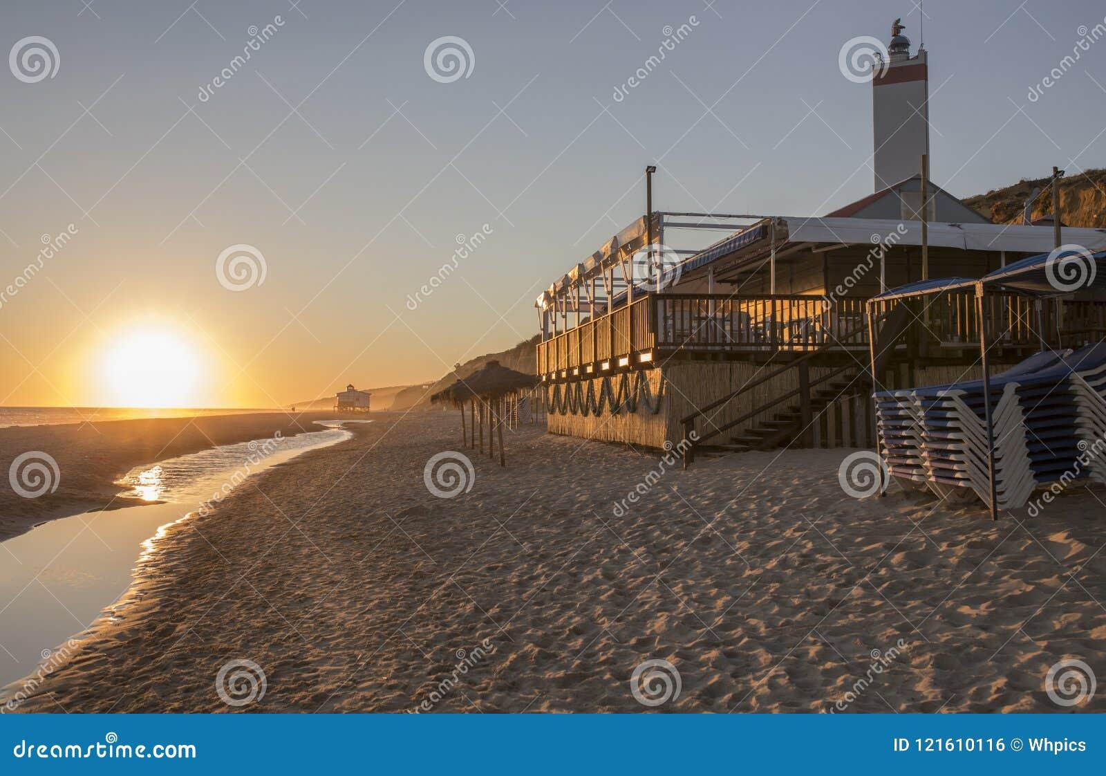 Chiringuito of strandbar bij Costa de la Luz-kust, Spanje