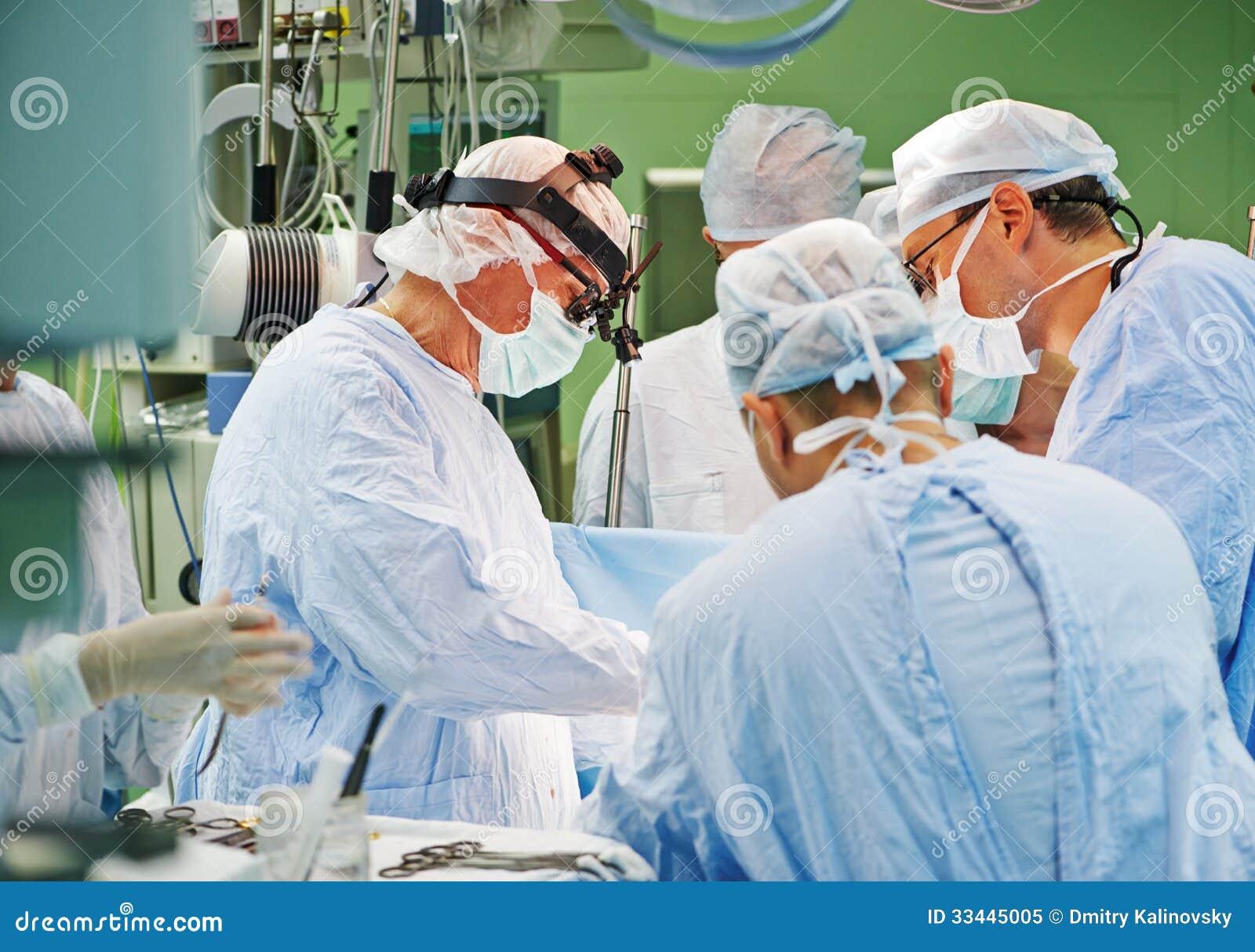 Chirurg drużyna przy operacją