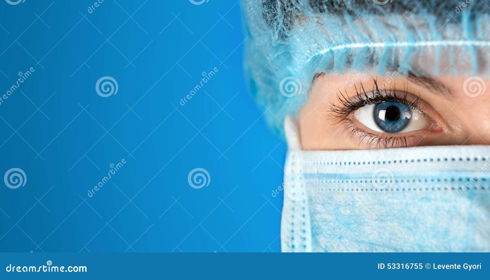 Chirurg het staren dicht het omhoog geschotene ziekenhuis
