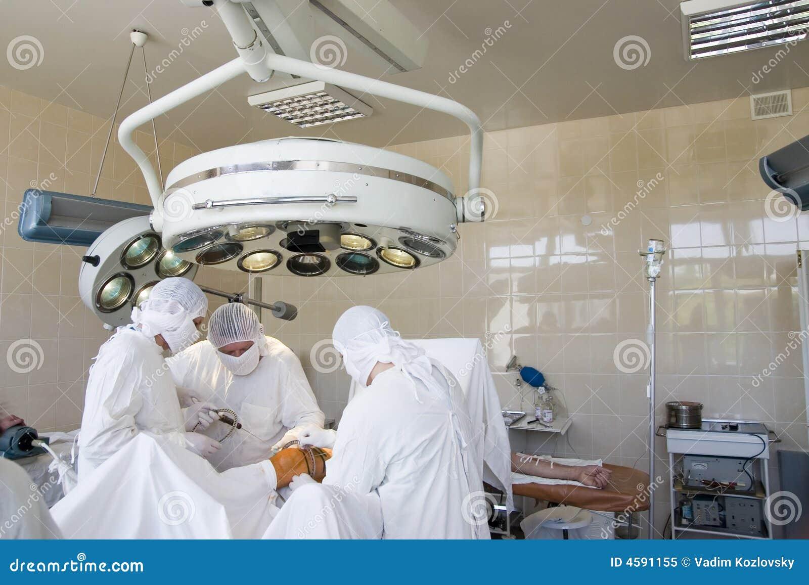 Chirurgen bei der Arbeit