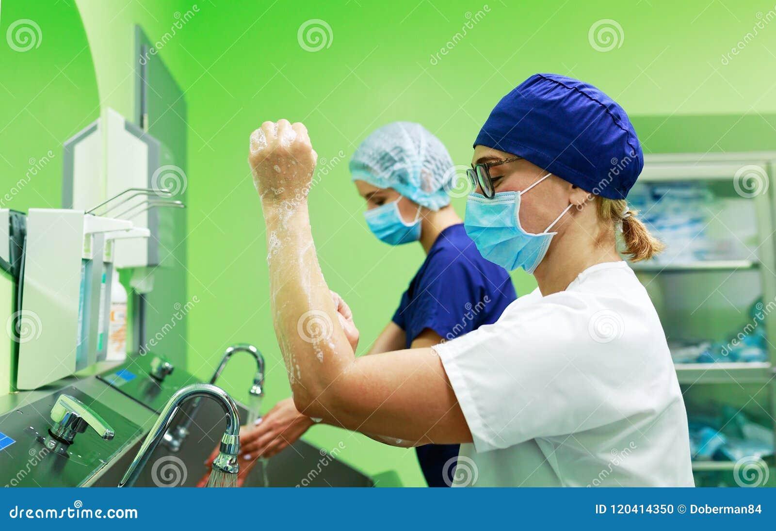 Chirurgen in de handen van de het ziekenhuiswas