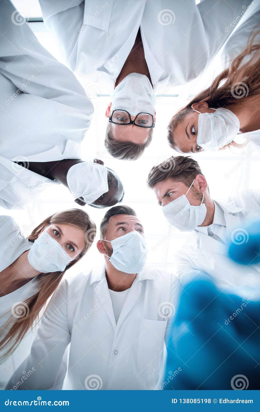 Chirurgen, die hinunter geduldiges Krankenhaus schauen