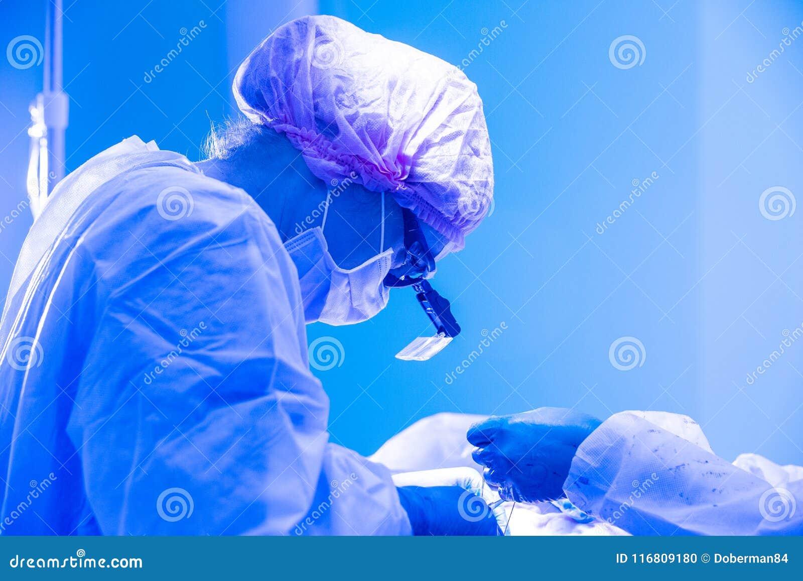 Chirurghi delle donne durante il primo piano di operazione