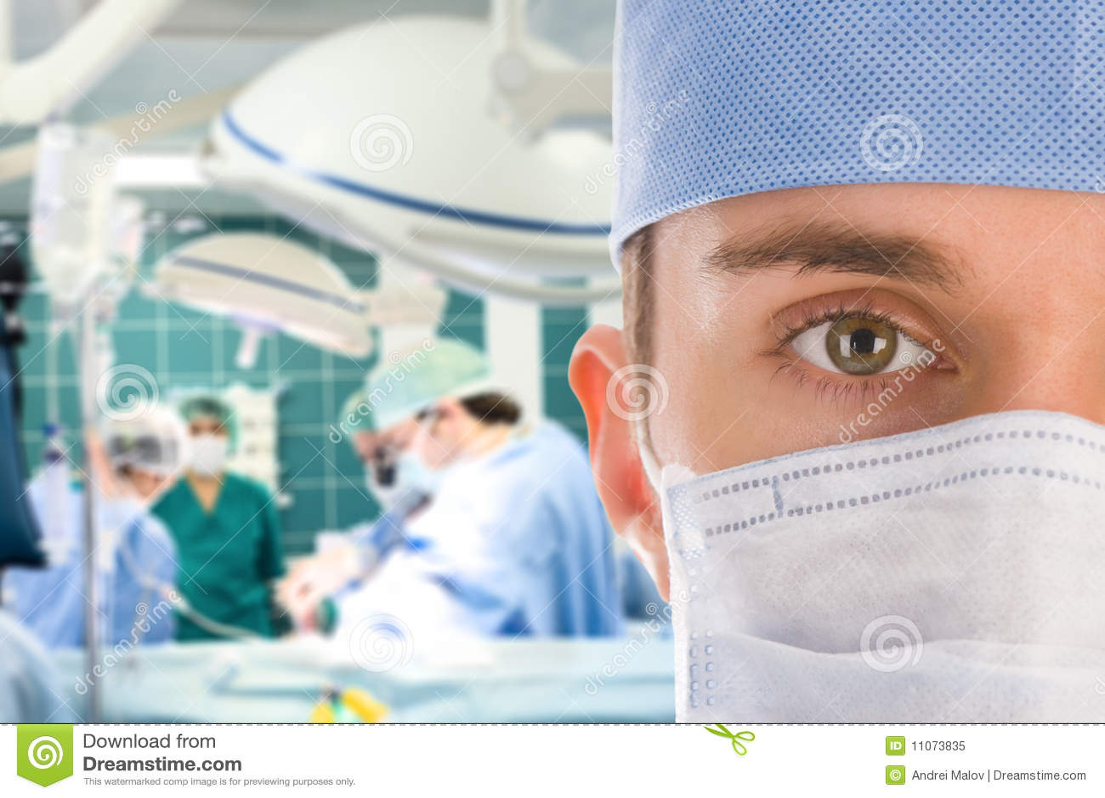 Chirurgien mâle avec son équipe