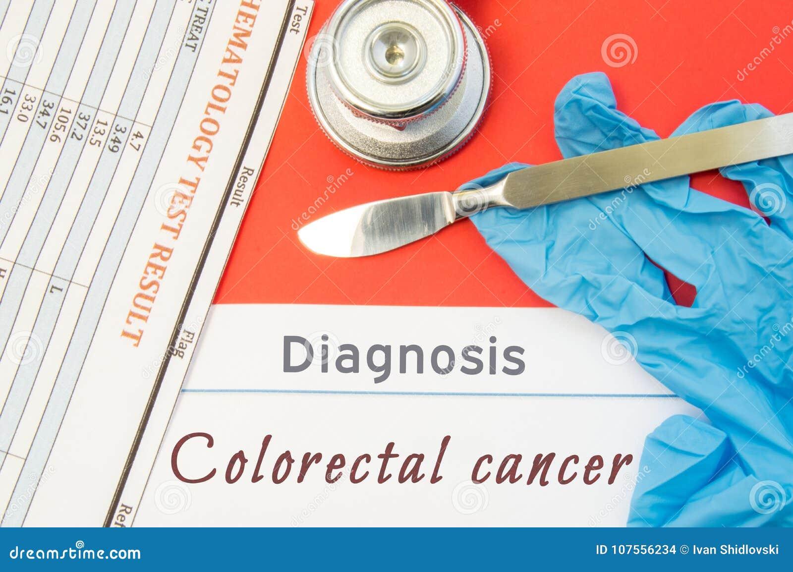 Chirurgische diagnose van Colorectal kanker De chirurgische medische instrumentenscalpel, latexhandschoenen, bloedonderzoekanalys