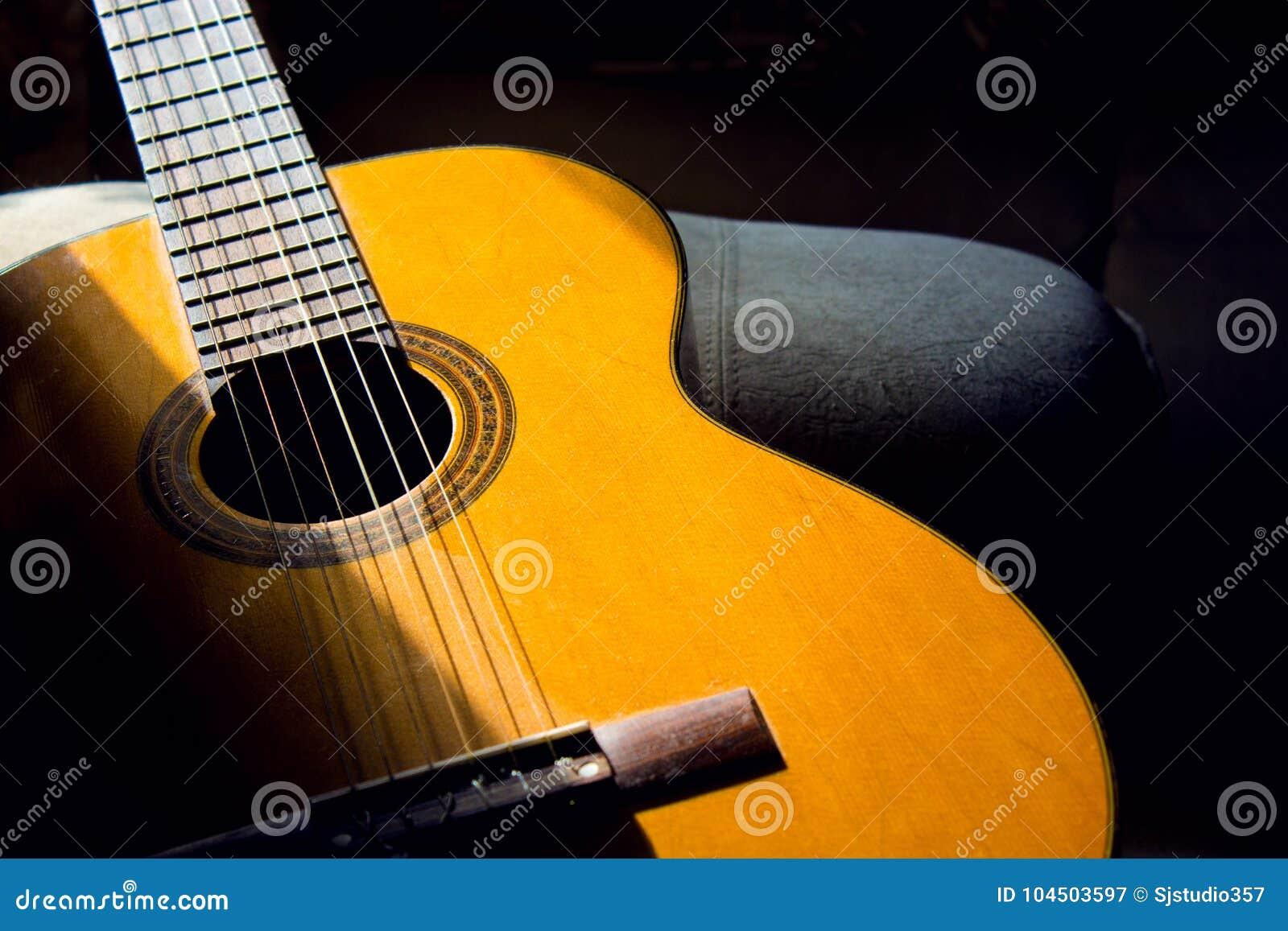 Chitarra acustica nella stanza, hobby domestico
