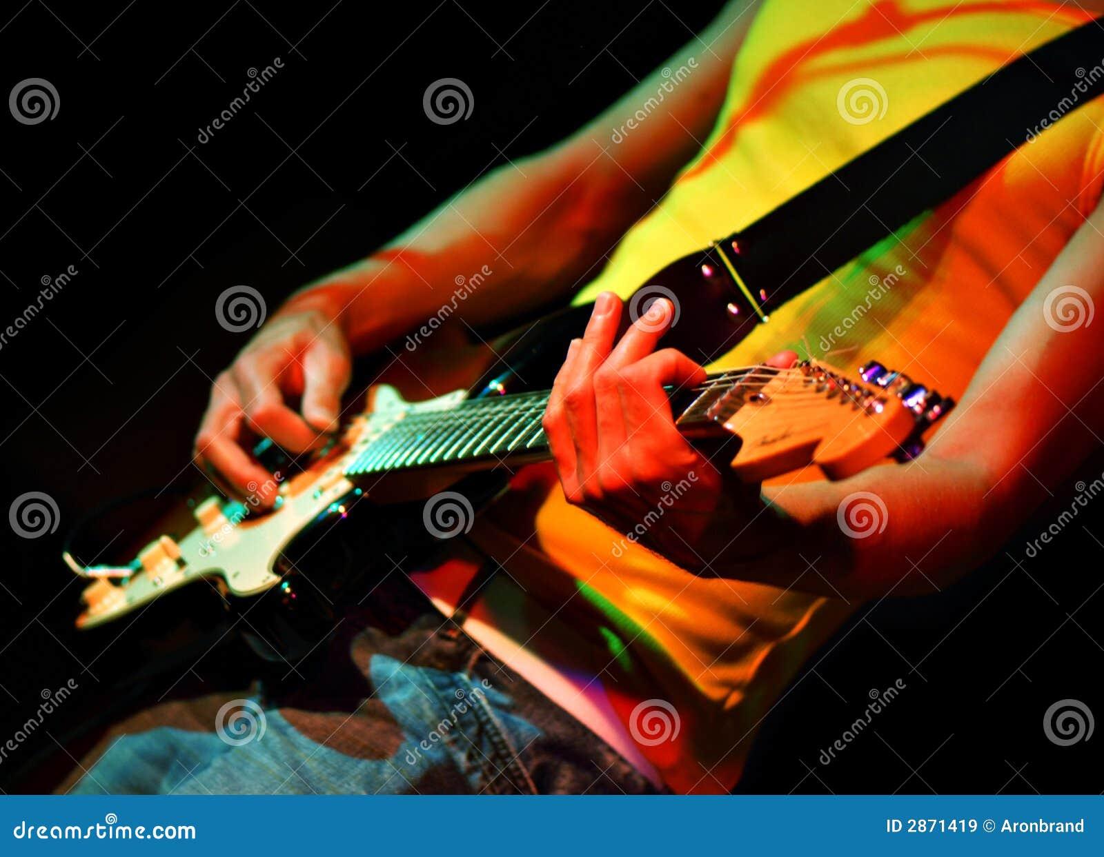 Chitarrista freddo nel concerto di roccia