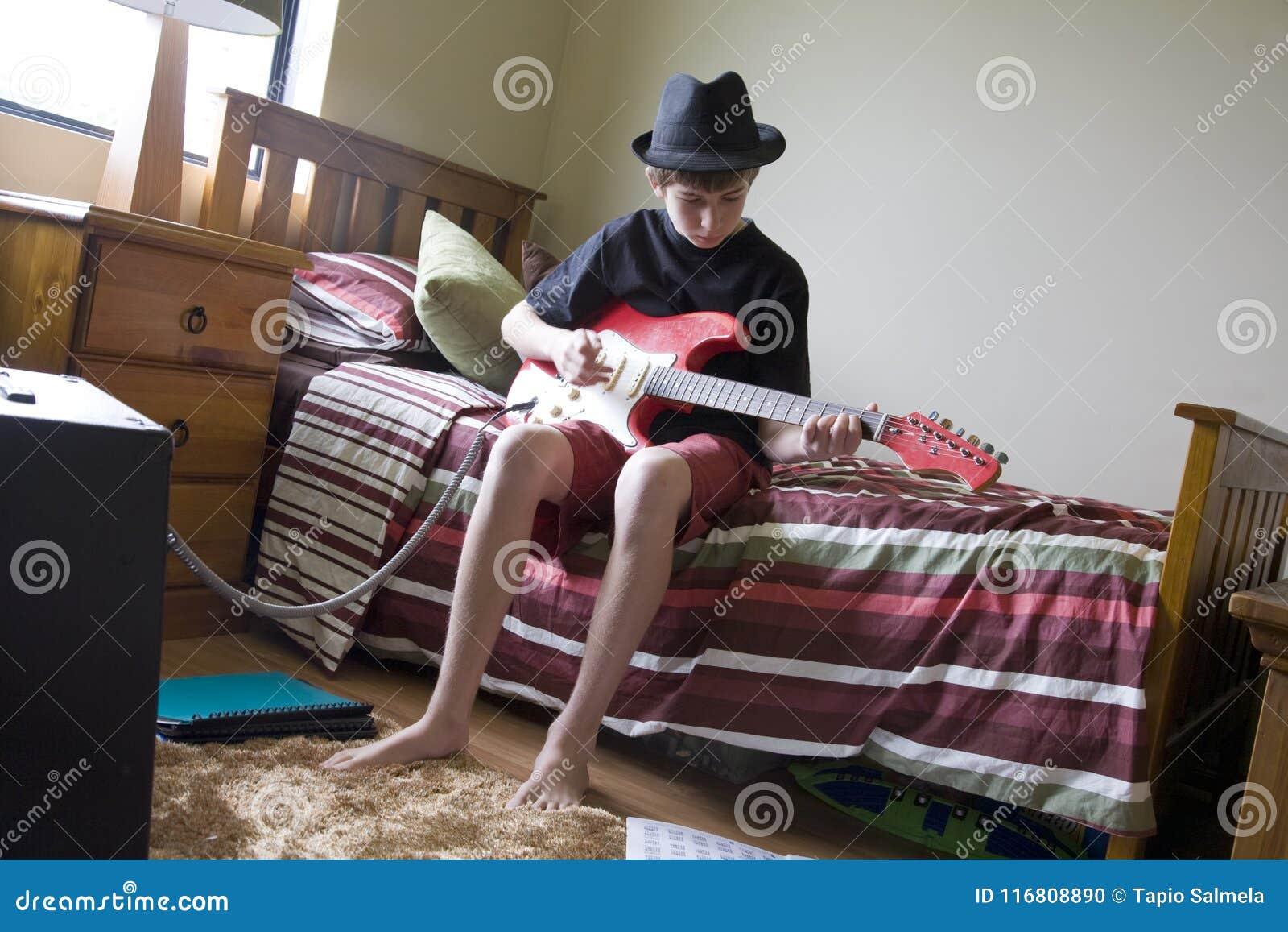 Chitarrista germogliante della camera da letto