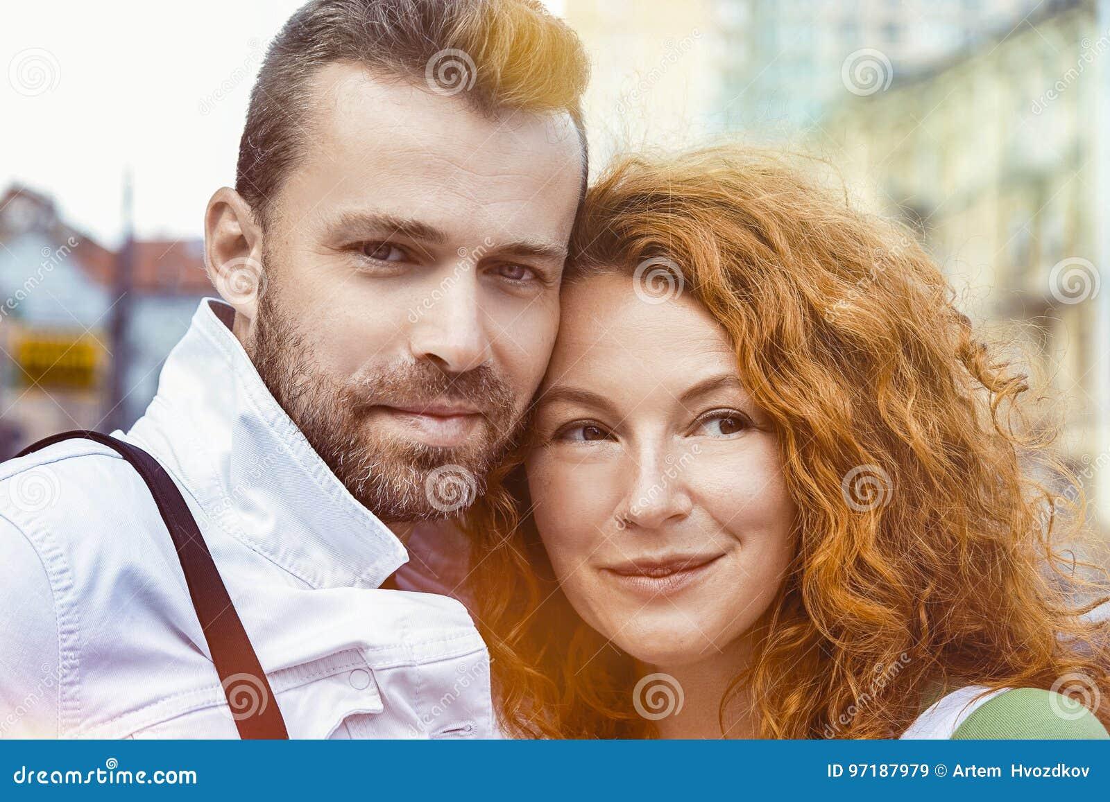 Chiuda insieme sul ritratto delle coppie felici, il giorno, all aperto