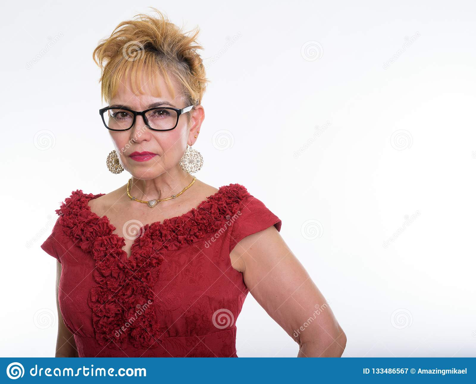 Chiuda su dei agains d uso degli occhiali della donna di affari asiatica senior