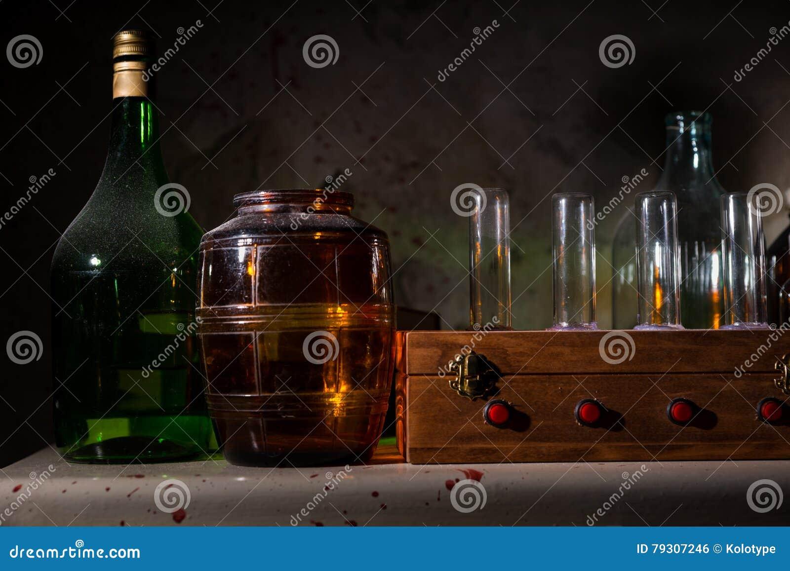 Pareti Con Bottiglie Di Vetro : Chiuda su dei barattoli e delle bottiglie di vetro con la parete
