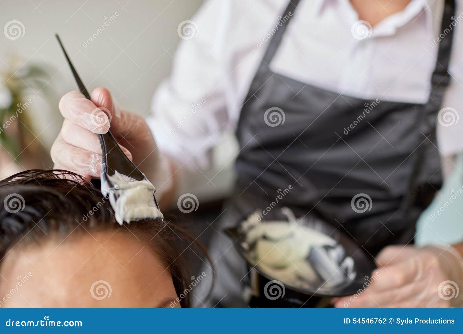 Chiuda su dei capelli di coloritura dello stilista al salone