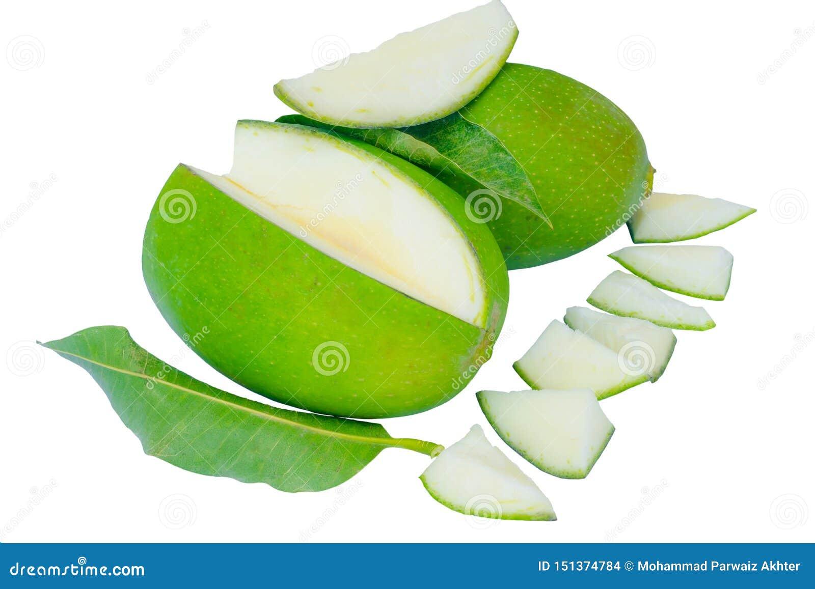 Chiuda su dei manghi verdi e delle foglie verdi isolati su un fondo bianco