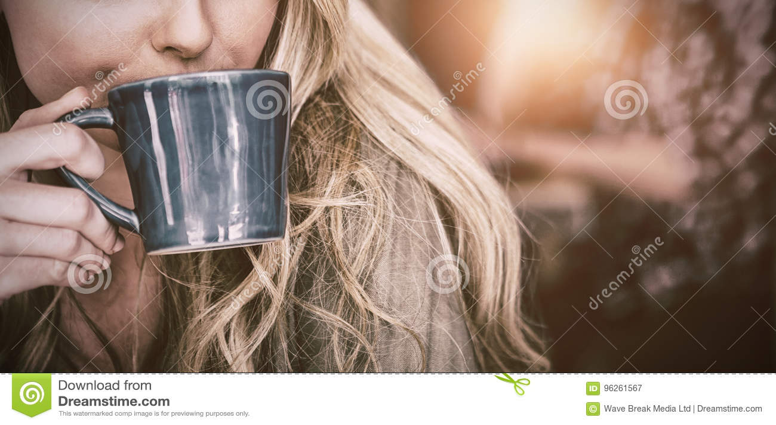 Chiuda su del caffè bevente della donna in caffè