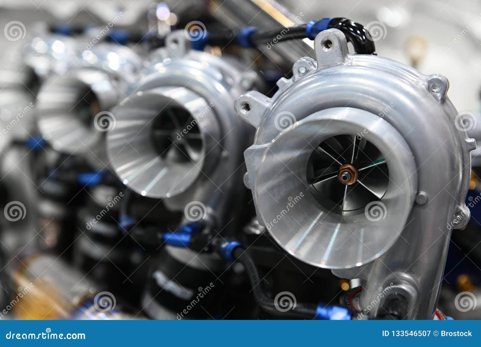 Chiuda su del caricatore di Turbo installato sul motore di automobile per l azionamento di coppia di torsione del ripetitore di p