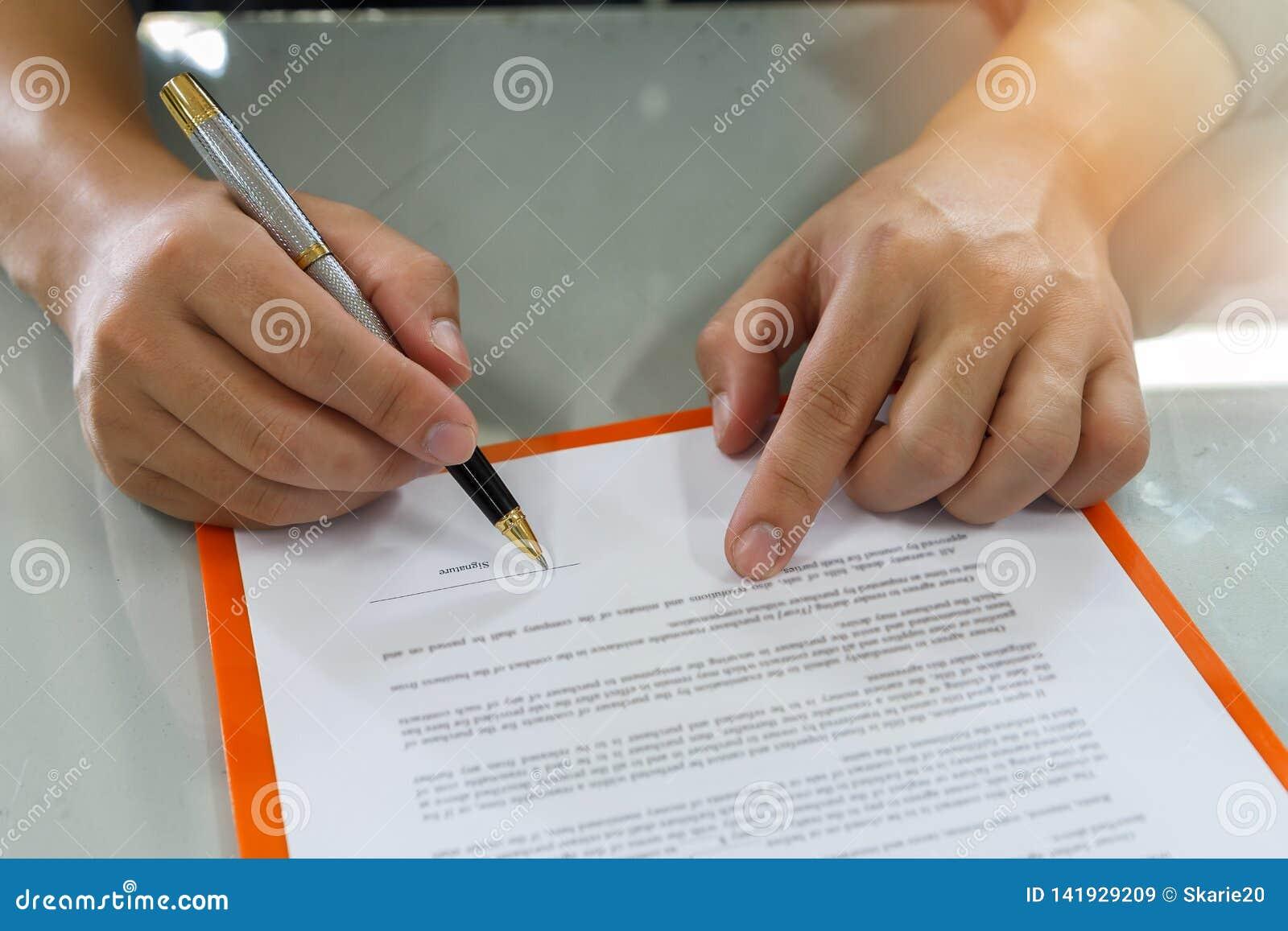Chiuda su del contratto di firma dell uomo di affari che fa un affare
