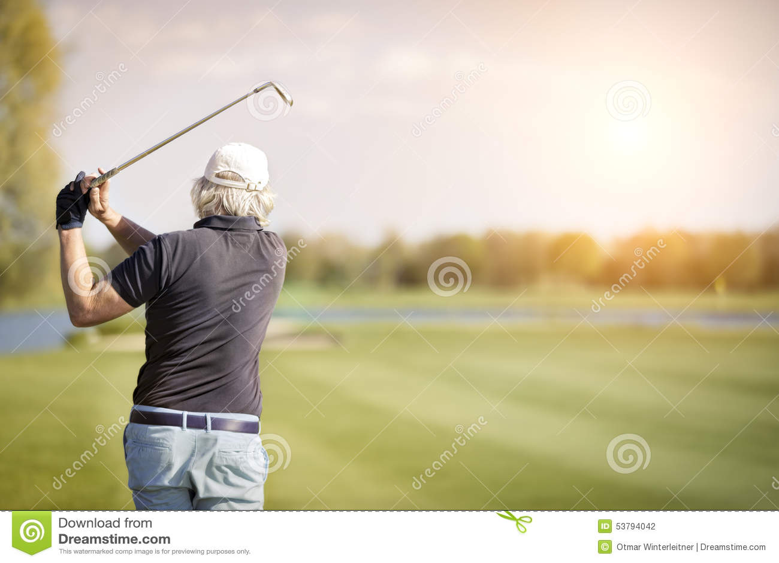 Chiuda su del giocatore di golf senior maschio
