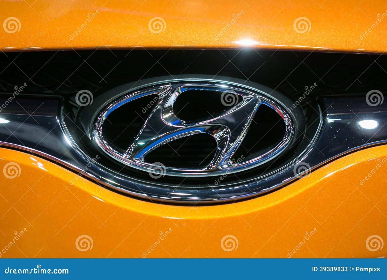 Chiuda su del logo di Hyundai sull automobile arancio al trentacinquesimo salone dell automobile internazionale di Bangkok, bellez