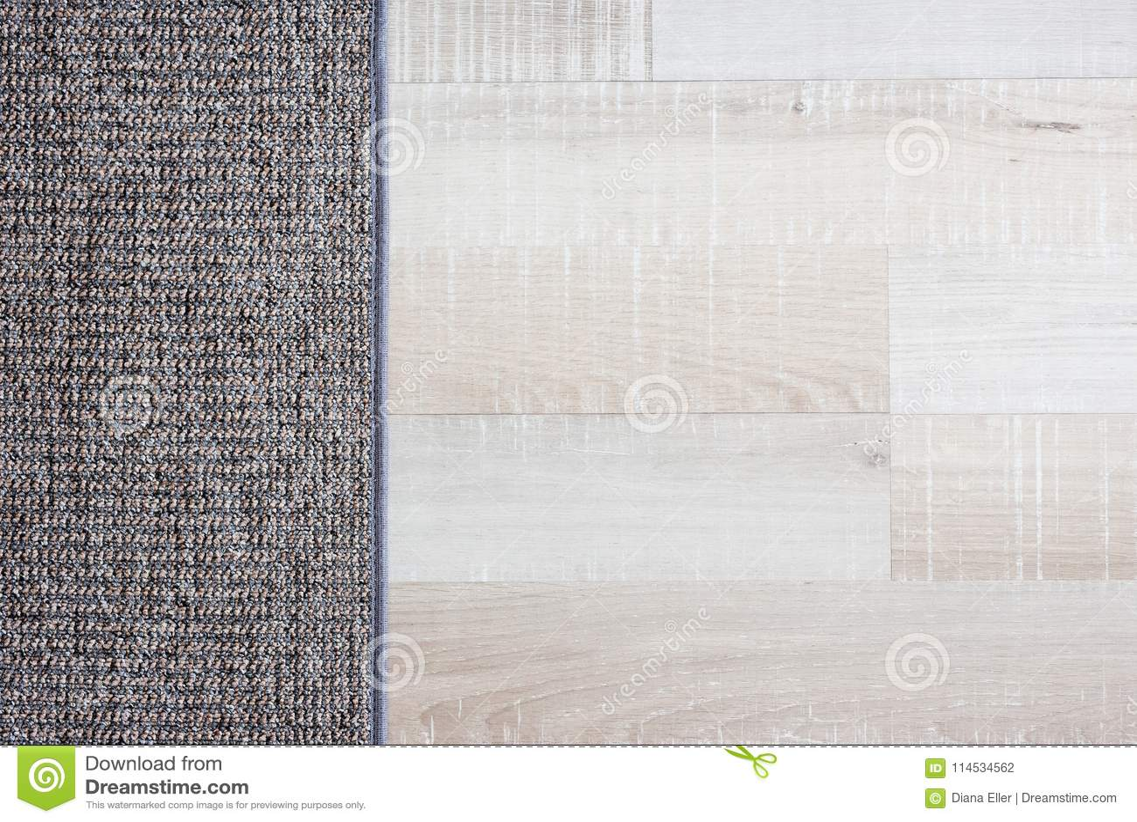 Chiuda su del pavimento e del tappeto di parquet di legno