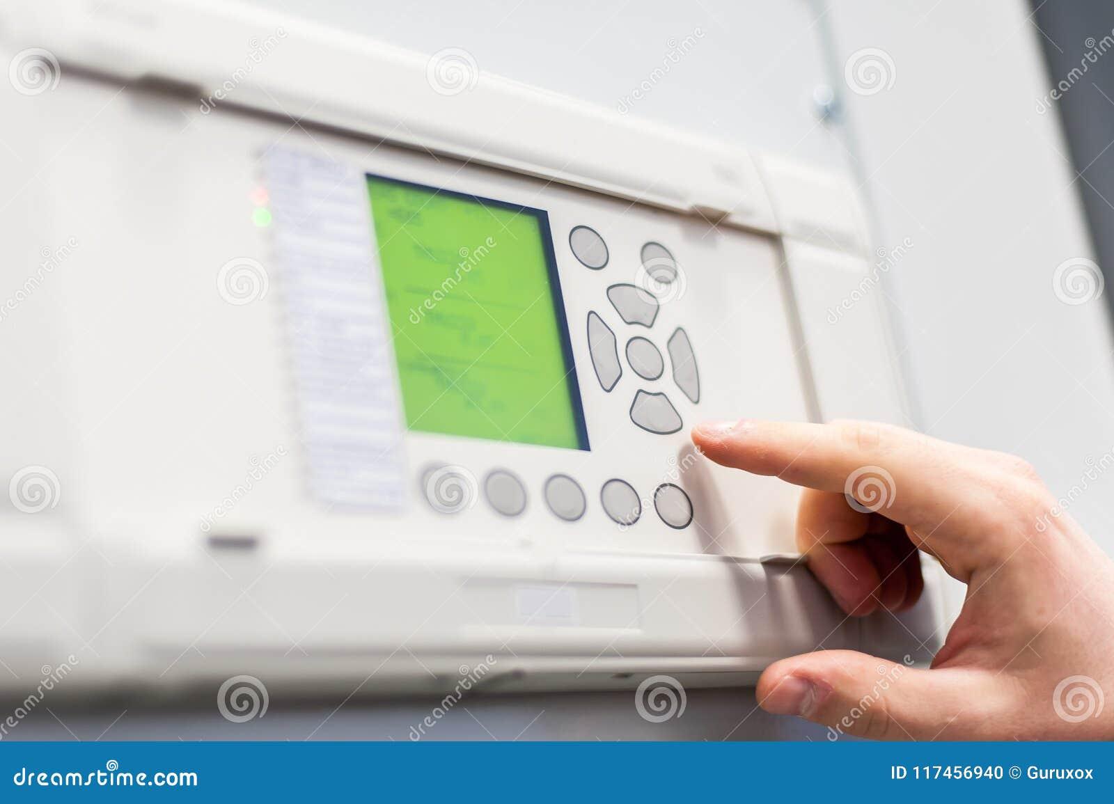 Chiuda su dell apparecchiatura elettrica di comando di tensione di prova dell ingegnere di manutenzione