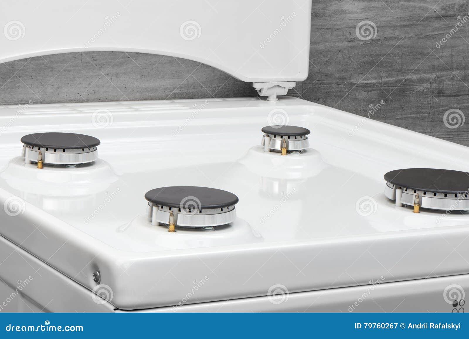 Chiuda su della stufa di gas bianca pulita della cucina su - Consumo gas cucina ...