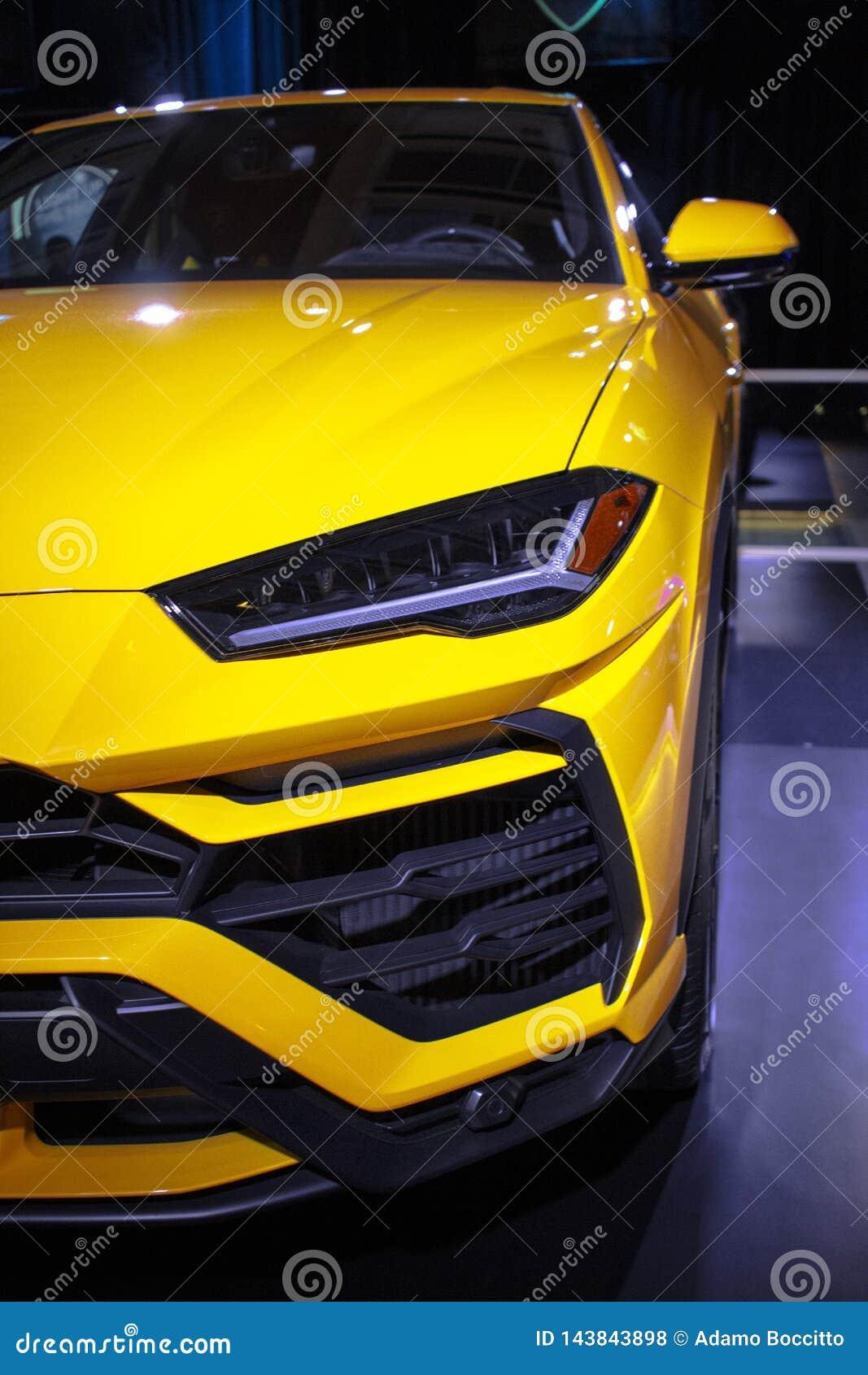 Chiuda su di Lamborghini Urus giallo