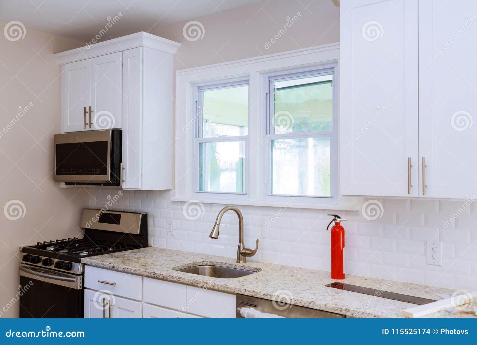 Cucine Con Finestra Sul Lavello chiuda su di un lavandino di cucina, di un piano di lavoro e