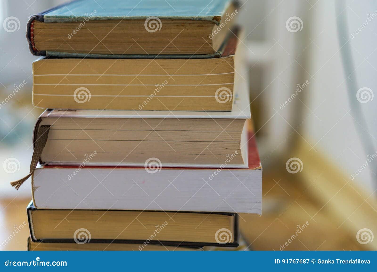 Chiuda su di un mazzo di tascabili, romanzi Istruzione di concetto