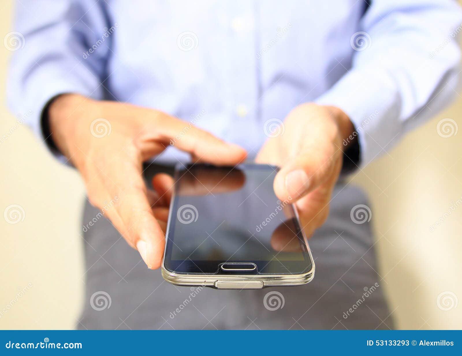 Chiuda su di un uomo che per mezzo dello Smart Phone mobile